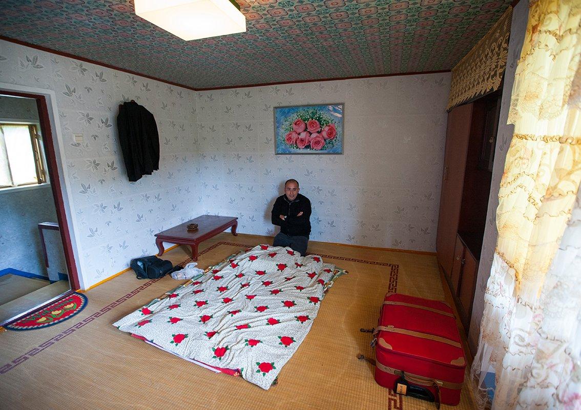 """我的房间非常舒适、整洁,墙上铺满了复古的墙纸,唯一缺少的是一张""""床""""。"""