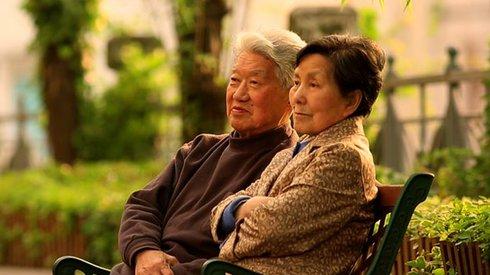 """这部获奖纪录片,讲述""""白头偕老""""的爱与困境"""
