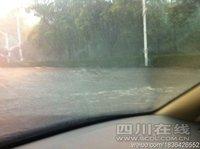 组图:四川普降暴雨 成都暴雨致交通大瘫痪