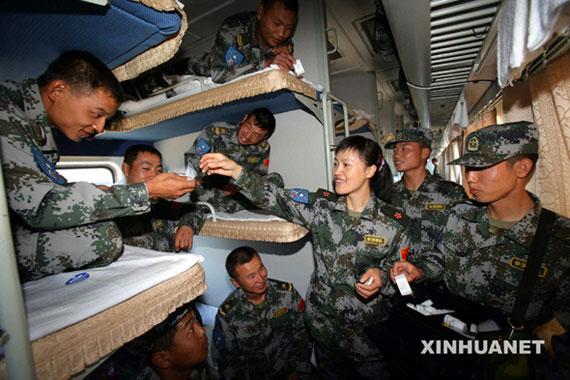 解放军长途军列加挂餐车 官兵终于吃上热饭菜