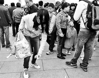 北京天安门垃圾量降低30% 大学生主动捡垃圾