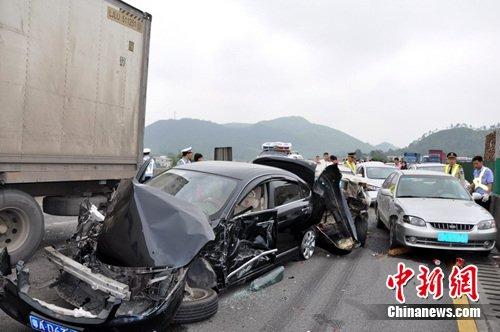 京港澳高速韶关段大货车失控连撞17辆车(图)