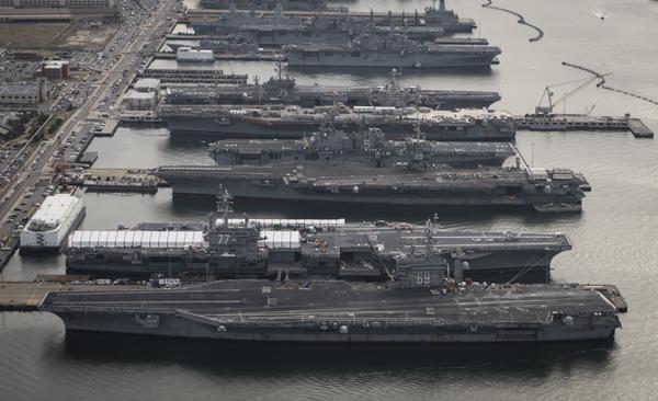美国�yn���L�ؘ_资料图:美国军港内停满超级航母