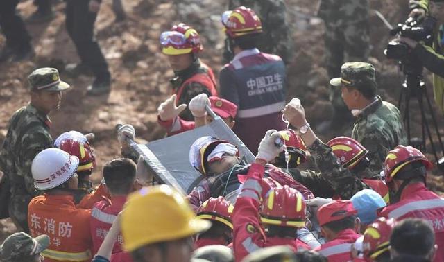 深圳滑坡1名19岁小伙获救 坑洞中还有1名女性