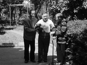 夫妇为承诺26年细心照顾邻居 两家人变成一家人