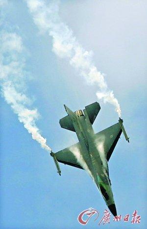 2004年7月,洛克希德·马丁公司生产的F-16战斗机在英国航空展上亮相。 (资料图片)