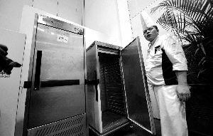 恒温85℃的送餐车能保证菜品上桌时的温度、品相和口感。晨报记者