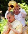 在柬埔寨金边王宫,西哈努克(后)向其子、新国王西哈莫尼浇圣水。