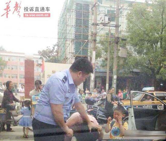 """湖南协警当孩子面""""擒拿""""母亲 已被开除(图)"""