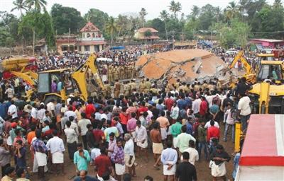 印度一座寺庙燃放烟花引发大火 已致110人遇难