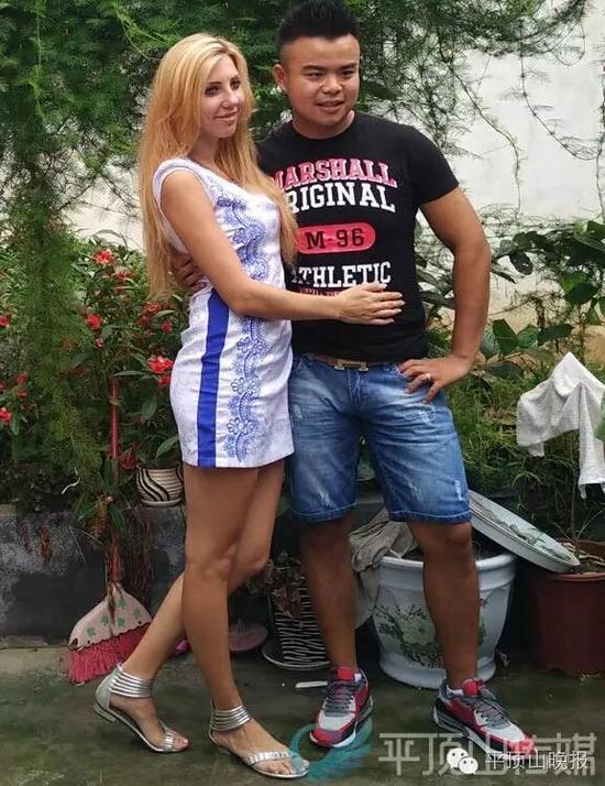 陈宣宣和乌克兰老婆阿廖娜在家中