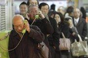 民众在地铁站的公共电话亭排队打电话