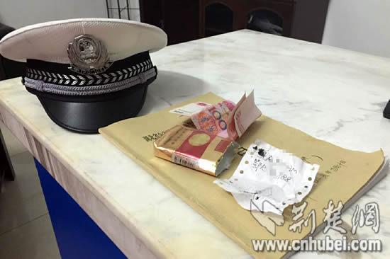 男子占应急车道被抓拍 200元装烟盒行贿交警