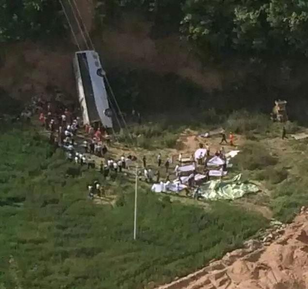陕西旅游大巴坠入山沟 已致35人遇难