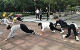 市民在公园贴地爬行锻炼 专家称源于五禽戏