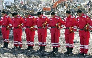 中国国际救援队队员为地震遇难者默哀