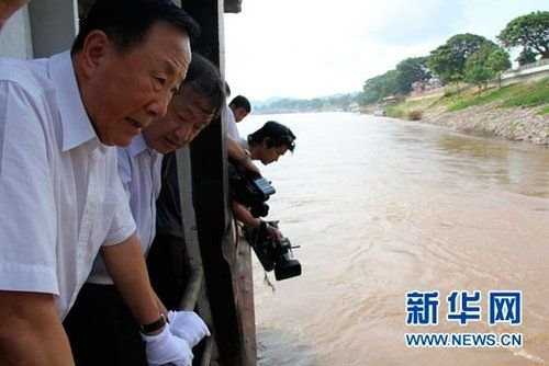 """10月26日,在泰国清盛县,中国公安部副部长张新枫(左)在""""华平号""""货船上查看案发现场。(来源:新华网)"""