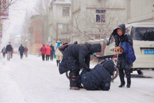 大爷雪中被撞倒