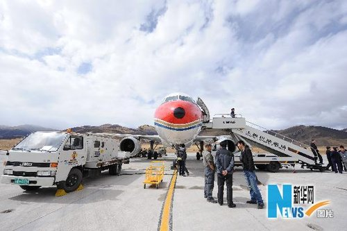 组图:玉树震后民航班机恢复运营