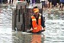 清洁工洪水中不忘捡垃圾