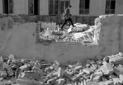 吉林职工宿舍还没拆迁 有人开车来偷砖