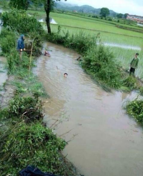 江西贵溪干部水灾救援现场怕湿鞋要人背(图)