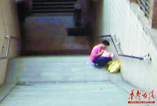 长沙地下通道现无名女婴 监控记录被弃过程(图)