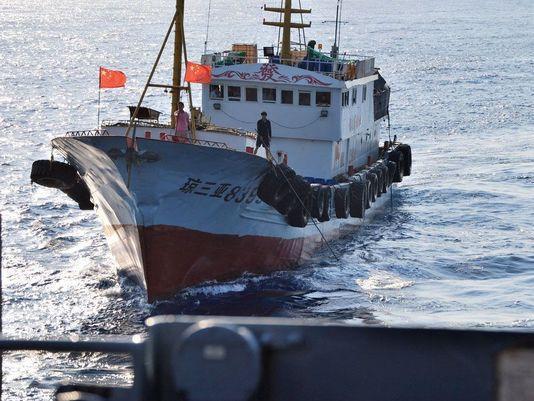 拉森号闯南海细节:中国军舰紧随 渔船绕船兜圈