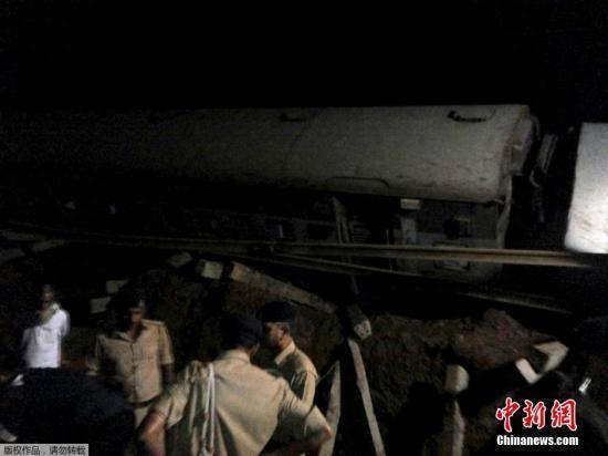 印度两列车先后出轨致24死 300多名乘客已获救