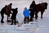 零下20度!采冰人工作10小时为冰雕取材