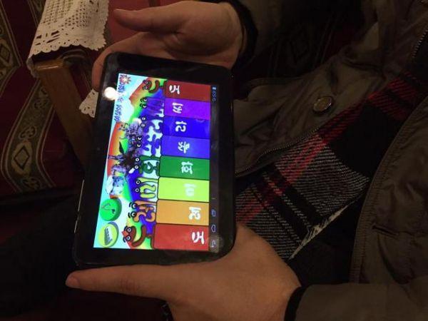 韩媒:朝鲜新兴富裕层生意忙 两三部手机不离身
