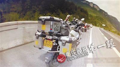 重庆上百辆摩托车强闯高速 遇查强行冲关