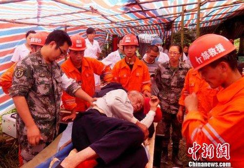 组图:四川什邡市应急救援大队在云南彝良震区
