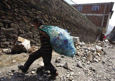 """彝良12岁""""孤儿""""独自逃生 废墟中捡废品赚钱"""