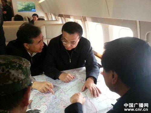 图为20日下午14时,李克强总理在飞往四川邛崃的飞机上召开会议,部署救灾工作。(中广网记者 冯悦 摄)