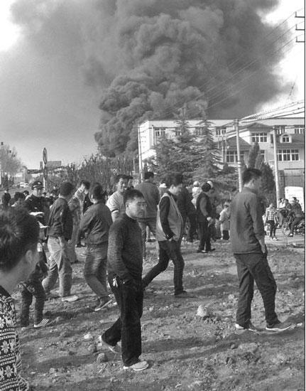 山东即墨一地毯厂锅炉爆炸引发火灾 两名工人受伤