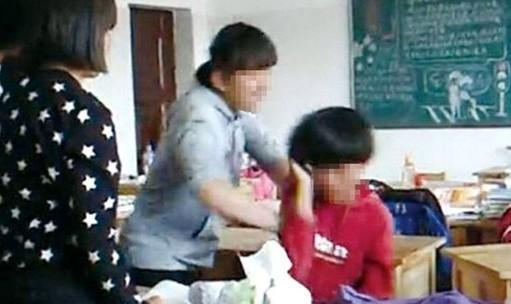 穿红衣女生被殴打多时,一直没有反抗。据网络视频