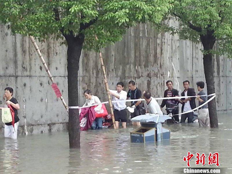 受此影响,浙江宁波普降大雨,城区多处积水,市民称积水深度近十高清图片