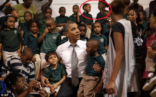 奥巴马合影被强吻女生小男孩抢镜(组图)
