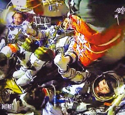 神十航天员手控交会对接成功 将开展科学实验