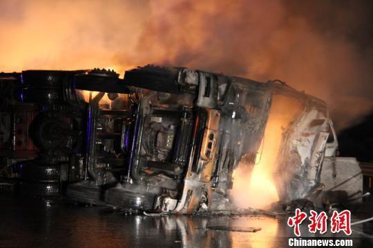 京珠高速鹤壁段4车相撞火光冲天 2人死亡