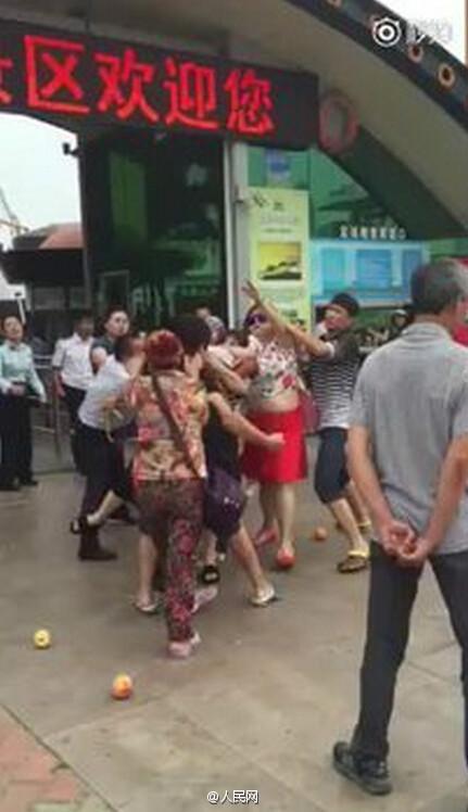 游客不满小孩超高补票 与景区人员群殴