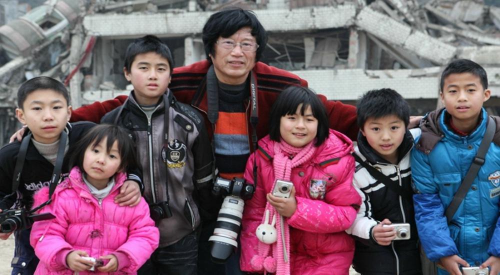 摄影师收养6名汶川地震孤儿