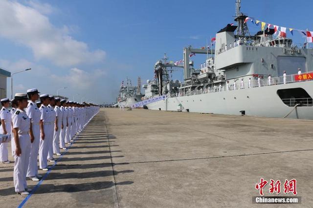 中国海军1天内入列两艘2万吨巨舰 加入南海舰队