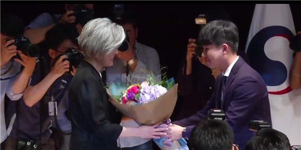 韩首位女外长宣誓就职:要用智慧解决同中国的问题