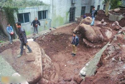 """四川一古宅挖出20吨重""""螃蟹蟾蜍""""形状巨石"""