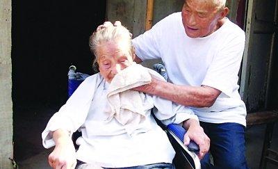 长寿夫妻相濡以沫 79 年 年龄加起来有 199 岁