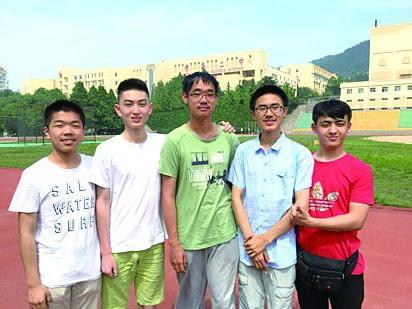 山东青岛二中现学霸宿舍 6名男生平均分超670分