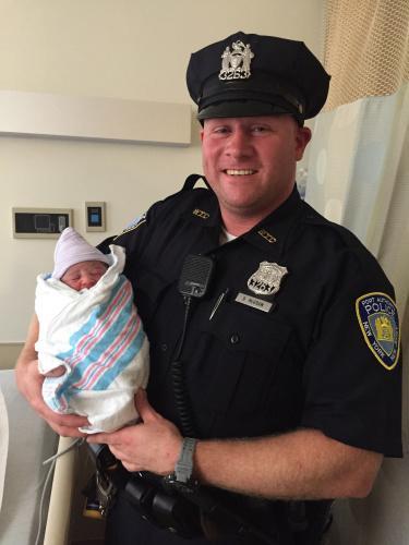 女婴迫不及待降临纽约世贸中心 警察大叔帮接生