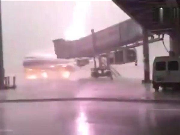 广东揭阳机场客机被雷击中 火光四射场面惊人